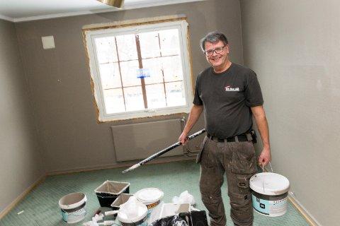 PUSSER OPP: Finn-Ove Carlsen, eier av Klækken hotell, vil ikke gå rundt i dress og se på at det jobbes. Han tar gjerne i et tak selv også, når 60 rom skal renoveres.