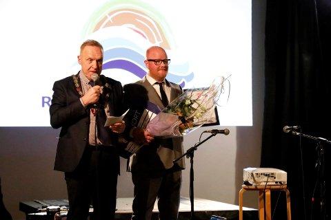 HEDER: Med blomster, diplom og en sjekk troppet ordfører Lars Magnussen og kulturleder Øyvind Norstrøm opp på Glassheim.