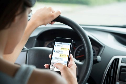 ULOVLIG: Nærmere halvparten av bilistene i Buskerud sier de har brukt håndholdt mobil bak rattet. Foto: Gjensidige forsikring
