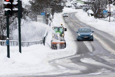 MENGDER: Langs veiene i Hønefoss er det store mengder snø, men det jobbes hardt med å holde gangveier og veier åpne for trafikk.