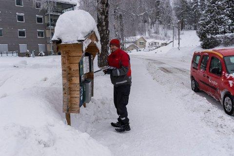 EKSEMPLARISK: Terje Herting setter pris på god snørydding ved postkassestativene. Her i Ankersgate er det gjort en god jobb.