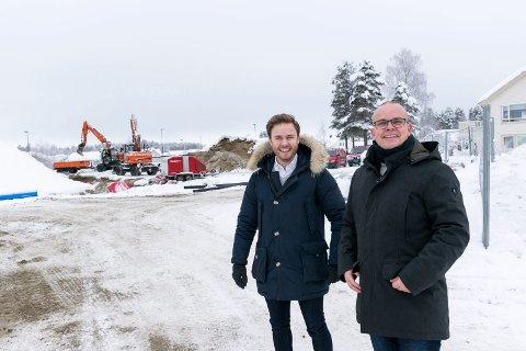 SNART FULLT: Nå skal det bygges 20 nye leiligheter på Almemoen. Her er eiendomsmegler Simen Ek Tomter (til venstre) og salgsdirektør Ståle Hjerpseth i Tronrud Eiendom ved byggeplassen.