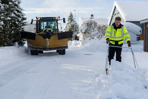 SNØ UT I VEIEN: Her måker Morten Fagerås snø ut i veibanen til ære for kameraet, men dette er faktisk ikke lovlig. Snøen ble fjernet igjen så snart siste foto var tatt.