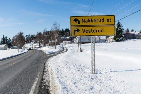 """SKILT 1 - FEIL: På vei nordfra møter du skilt til """"Vesterud"""" når du kommer til Nakkerud."""