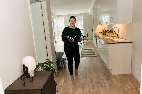 GJØR DET FINT: Tanya Pilskog styler boliger i Hønefoss. Her i en leilighet i Elveparken på Benterud.
