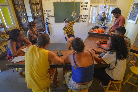 LÆRER BORT SPRÅK: I tillegg til å studere i Rio, lærer hun også bort Engelsk til innbyggerne der.