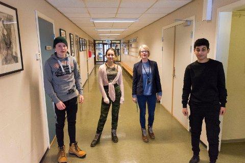 KORRIDORER: Store deler av Hov ungdomsskole består av korridorer. Her er Sander, Anna, Ahmed og rektor Tone Sandvik i en av dem.