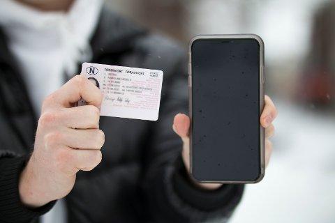 TELEFONEN BRUKES: Vegar og Arne bruker telefonen hele tiden, og derfor blir det enda enklere å ikke glemme førerkortet.