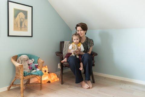 BARNEROM: Ellinors rom i andre etasje er  enkelt møblert i retrostil. Skinnstolen er fra Retrokupp på Tyristrand  og barnestolen er lånt. Lille Elinor er veldig glad i dådyrlampen.