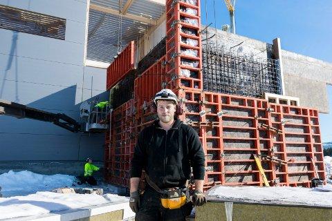 Christoffer Gagnum fra Jevnaker jobber i Mesterbygg Ringerike og er med på byggingen av den nye pelletsfabrikken på Sokna.