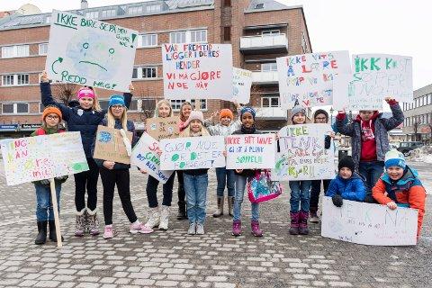 STREIK: Femteklassingene fra Vang tok noen timer fri fra skolen for å gi klar beskjed om at noe må gjøres for miljøet nå.