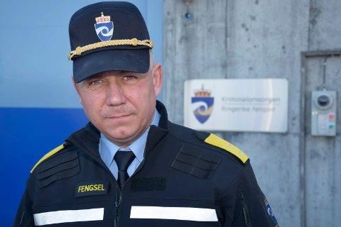 ALVORLIG: Fengselsleder Eirik Bergstedt sier de ansatte fikk raskt kontroll over situasjonen, men at den innsatte rakk å påføre de fornærmede en del skader før han ble overmannet.