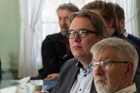 TAR OPP KRYSS: Sverre Myrli (nummer to fra høyre) har stilt spørsmål til samferdselsministeren.