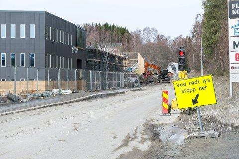 GRAVES OPP: Hovsmarkveien er innsnevret til ett felt mens det graves i forbindelse med vann og kloakk til nye Ullerål skole.