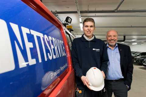 LEVERER: Montør Joakim Bævrevoll (til venstre) i Nettservice Ringerike er en av nå 400 ansatte i Ringerikskraft. Aldri har kraftkonsernet levert et høyere overskudd enn i 2018. Det er konsernsjef Ole Sunnset fornøyd med.