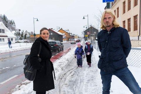 SKEPTISKE: Aina Børdal og Torgeir Dølerud er ikke fornøyd med forslaget til tiltak på skoleveien mot Ullerål skole, der andreklassingene Nicoline og Julie kan komme til å gå fra høsten 2020.