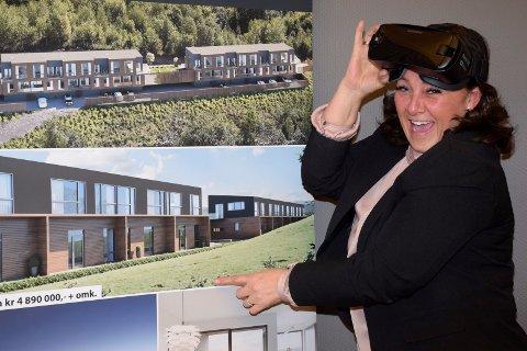 Avdelingsleder og eiendomsmegler i Dialog, Randi Braathen Ødegaard, tilbyr 3D-tur gjennom leilighetene i Hemskogen panorama ved hjelp av VR-briller.