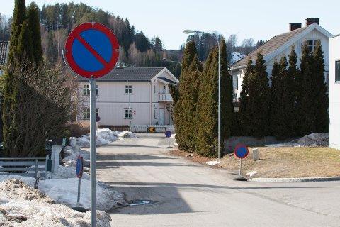 PARKERING FORBUD: Flere steder er det blitt satt opp parkering forbudt-skilter, slik at elever ikke skal parkere her.