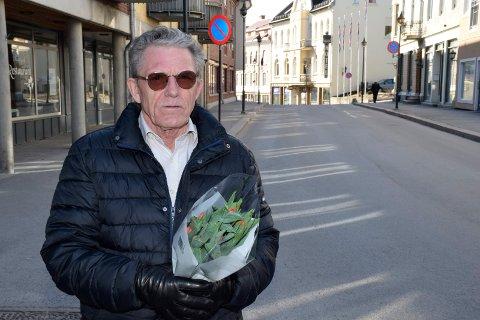 NEI TIL NARKOTIKA: Ola Eiklid Hølen i Lions Club solgte tulipaner for å finansiere tegn og symptom-kurs til ansatte i utelivet i Hønefoss.