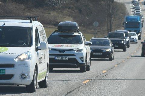 UTFART: Lørdag er det tett trafikk mellom Sandvika og Hønefoss. Bildet er tatt på Steinssletta lørdag formiddag.