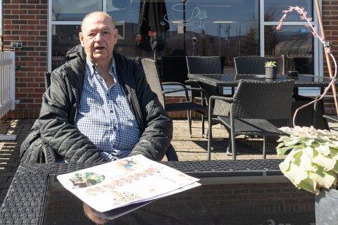 PÅSKETANKER: Arnold Harald Høistakli bor i omsorgsbolig på Vik torg. Han har laget en liten plakat med påskehilsen som han deler ut.