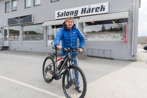 ELSYKLIST: Geir Roger Høgberg bruker elsykkelen flittig, blant annet til og fra Salong Hårek, som han driver i Hønengata.