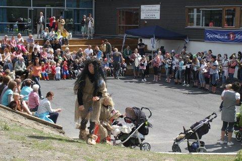 FOLKEFEST: Folksomt utenfor Hallingby skole, før regnet kom.