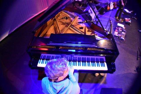Piano: Mange instrumenter er i bruk på folkehøgskoleelevenes konsert søndag.