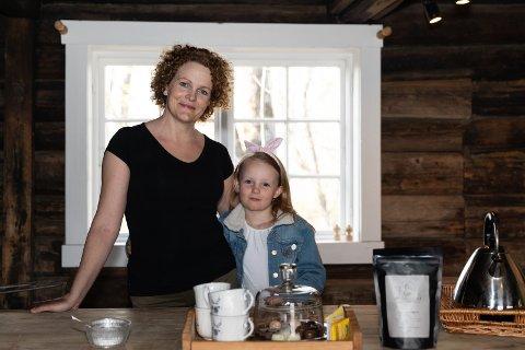 GÅRDSBUTIKK: Storøen gård på Storøya får nå egen gårdsbutikk. Den åpner i mai. - Jeg har lenge gått med planer om et galleri og gårdsbutikk med egenproduserte varer, og nå er tiden inne, sier May. Her sammen med datteren Emilie.