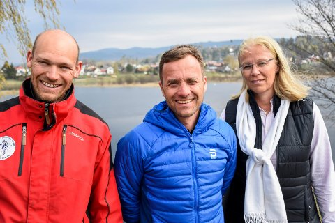 JOBBER FOR SNØANLEGG: Løypekjører Børre Næss, skileder Krister Sørgård og Ellen Grønlund i prosjektgruppa har lenge jobbet for å få snøproduksjonsanlegg på Ringkollen. Nå starter snart byggingen.