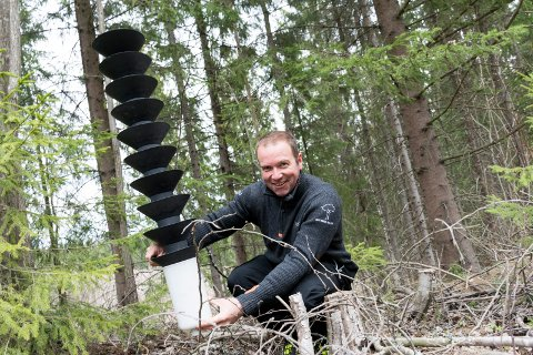 FELLER: Arvid Hagen ved Landbrukskontoret setter ut feller for barkbiller i skogen.