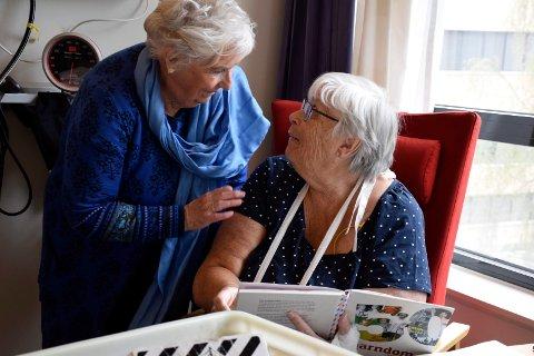 KONTAKT: Besøksvenn Karin Strømmen (77) fikk god kontakt med pasient Bjørg Stabæk fra Åmot, som var innlagt på Ringerike sykehus.