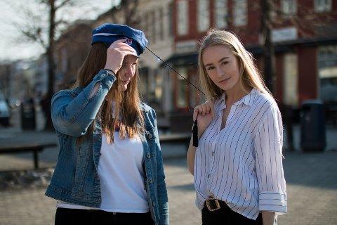OMTENKSOMHET: Marthe Mari Teigen (18) og Vivian Nygård (18) mener mange russ vil ta denne knuta fordi de bryr seg om eldre mennesker.