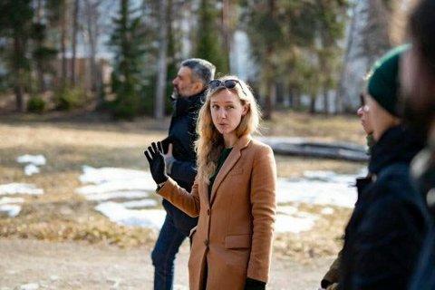 FORTELLER OM UTØYA: Ingrid Aspelund tar imot skoleklasser og andre besøkende på Utøya.