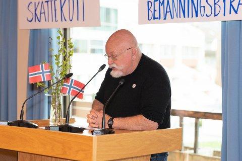 50 ÅR: Dag Nicolaisen (Rødt) stod på talerstole for første gang på Jevnaker 1. mai for 50 år siden. Han støtter ungdommens miljøkamp, går imot privatisering og velferdsprofitører. - Når vi snakker om at vi må ha overskudd på sykehus, er vi på ville veier.