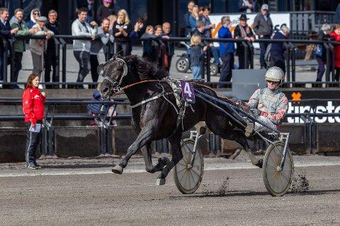 STERK VINNER: Kick Off Classic tok lørdag årets tredje seier i V75. Dag-Sveinung Dalen kusket.