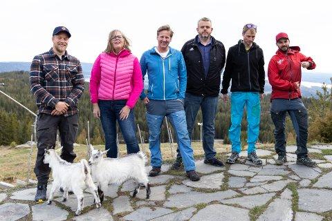 VISJONER: Styret i Ringkollen Jibbers har tro på samarbeid med alle aktører på Ringkollen: Espen Sparstad (Fossen friluft), Kine Eide (Jibbers), Pelle Gangeskar (Jibbers), Harald Øfstaas (Jibbers), Fredrik Østby (Jibbers) og Endre Solhjem Knutsen (Fossen friluft). Erik Toft , siste styremedlem i Jibbers var ikke til stede. Geitene Dag og Kirsten foran.