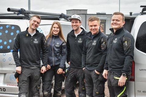 Hos Strand & co er gjennomsnittsalderen under 30 år. F.v. Espen Gundersen (29), Martine Haugen (17), Jan Stian Jellum (29), Aslak Frøvoll (19) og Torbjørn Leer (28).