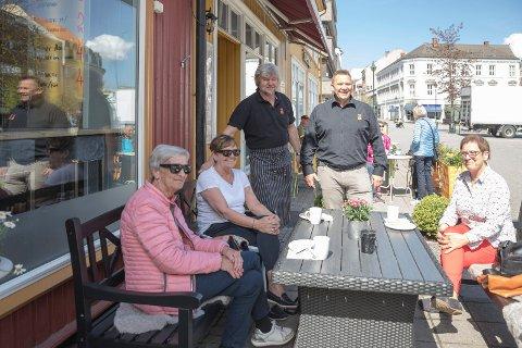 GODKJENT: Kaken og baguetten er godkjent av venninnegjengen som samles hver onsdag for en kaffekopp. Berit Enge, Laila Gulbrandsen og Brith Karlsen slo av en prat med Jon Gulbrandsen og Jon Ivar Windstad.