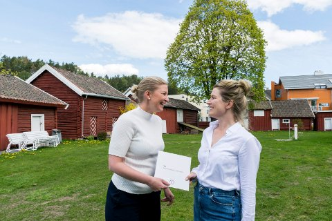 GLAD FOR GAVEN: Banksjef i DNB Hønefoss, Therese Askeland (til venstre), overrekker pengegaven til prosjektleder for Riddergården, Kristine Sørsdal Fodnæss.