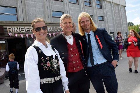 KOMITEEN: Anne Elin Leksbø og Terje Rundhaugen er i årets 17. mai-komité på Ullerål skole. De får skryt av Torgeir Dølerud i FAU.