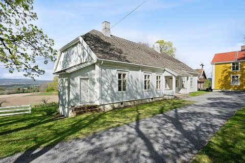HERSKAPELIG: Antatt byggeår er 1840. Nå har Knestang gård fått en ny eier.
