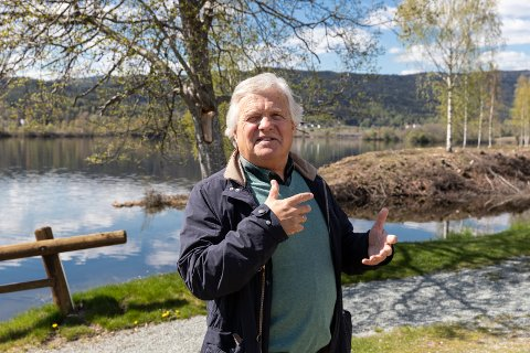 EIERSKAPSFØLELSE: Ivar Blystad fra Hønefoss selger reisemål for Norefjell Destinasjon. - Jeg er stolt av reisemålene i destinasjonen. De representerer kvalitet, sier Ivar med Krøderfjorden i bakgrunnen.