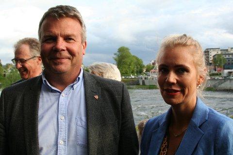 FORLOVET: Dag Erik Henaug og Trine Sandum tilhører hvert sitt politiske parti, men har har forlovet seg og er et par. Her fra revypremieren i sommer.