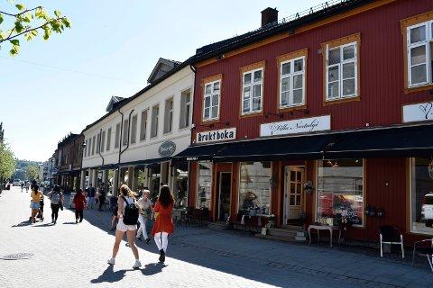 HELGEHANDEL: Det er delte meninger om søndagsåpne butikker, som det var i Hønefoss under Tour of Norway.
