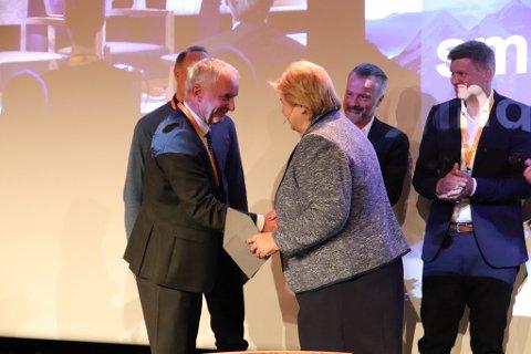 VANT: Ola Tronrud tok imot prisen på The Hub i Oslo tirsdag ettermiddag. Statsminister Erna Solberg var prisutdeler.