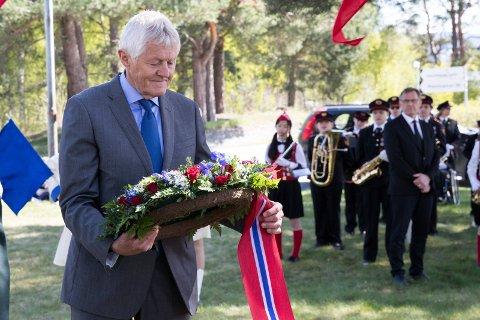 BEKRANSNING: Gudmund Bakke talte og la ned krans på Helgelandsmoen. - Vår generasjon er heldige. Selv om det ikke virker sånn, har det aldri vært så lite krige i verden som nå.