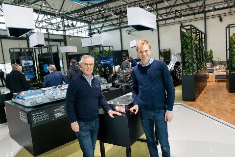 STORT ARRANGEMENT: Knut Tronrud og Eivind Bjørntvedt på informasjonssenteret som Mercedes har innredet i hangaren på Eggemoen.