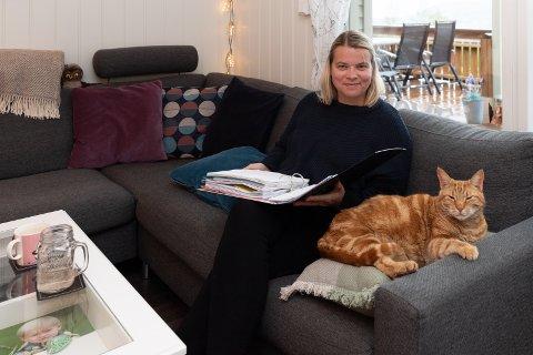 PERM: ME-syke Mari Håkenrud Svendsen har samlet hele sin sykehistorie i en tykk perm.  - Hvis jeg lurer på noe som jeg ikke husker, et årstall for eksempel, finner jeg alt her, sier hun i sofaen hjemme i Heradsbygda sammen med katten Eivind.