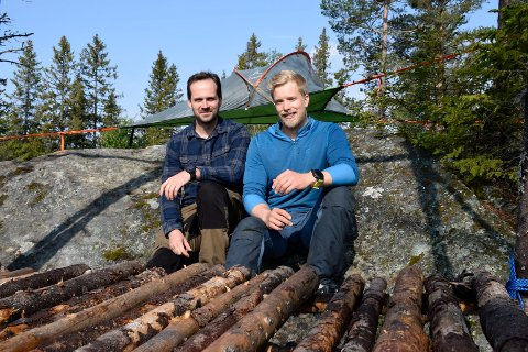 STOPPET AV STATEN: Endre Solhjem Knutsen (til venstre) og Espen Sparstad mener at de driver i pakt med naturen. De lever av å ferdes i marka så sporløst som mulig på beina, i kano og på sykkel.